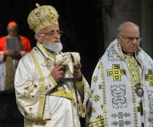 Mgr-Clement-Jeanbart-archeveque-Alep-droite-photo-lors-messe-annuelle-Oeuvre-Orient-Paris-2014_1_730_400
